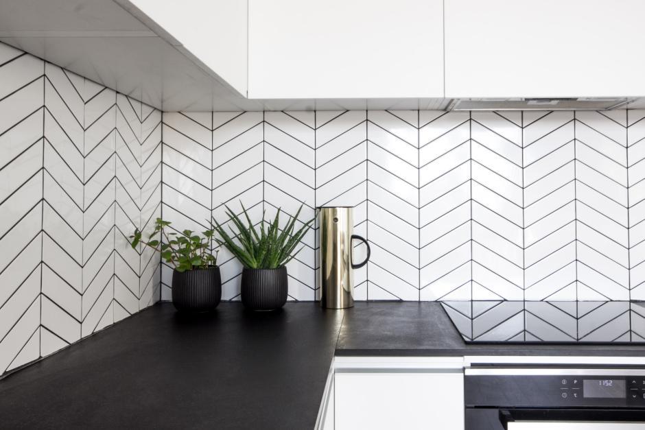 Biale Plytki W Jodelke Ulozone Nad Czarnym Blatem W Kuchni Backsplash W Kuchni Inspiracje Aranzacje Minimalist House Design Kitchen Decor Minimalist Home