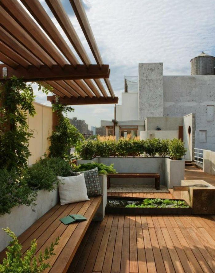 Terrassengestaltung Terrasse Kissen Dekoration Mit Grünen Pflanzen Schöne  Wolken Hölzerne Möbel