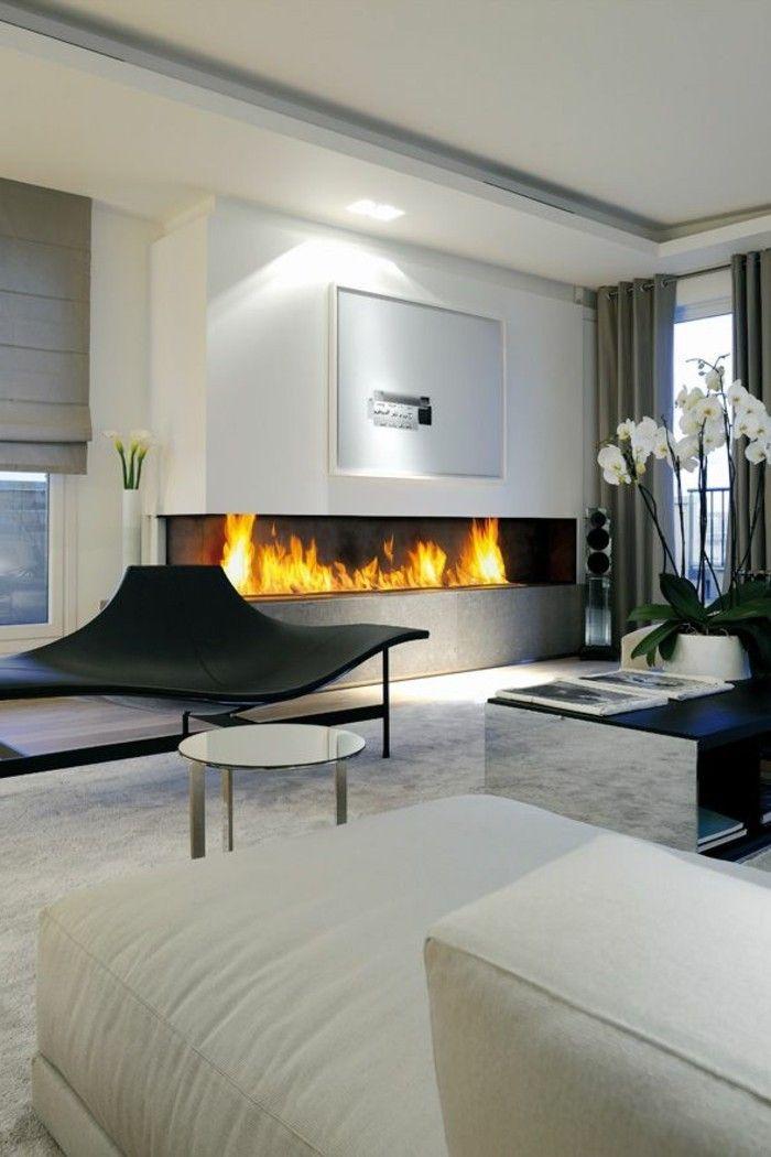 modernes Wohnzimmer mit weißer Gestaltung und Wandkamin