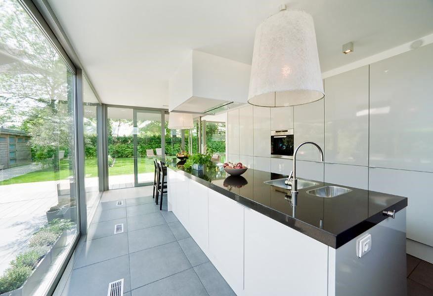 Grote ramen keuken lang kookeiland eettafel eraan huisje pinterest ramen - Grote keuken met kookeiland ...