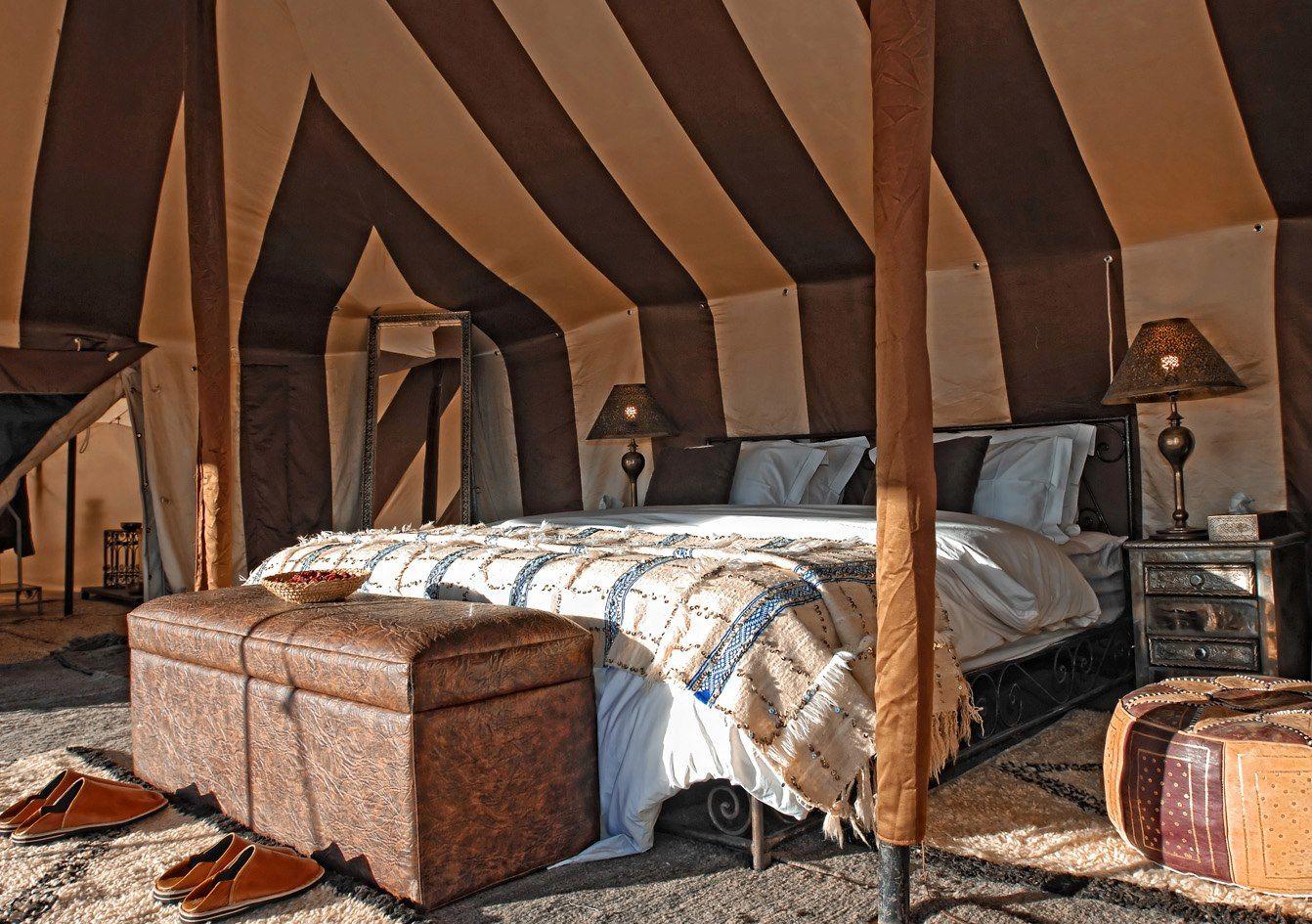 Dormitorio decorado con muebles de estilo mozárabe.