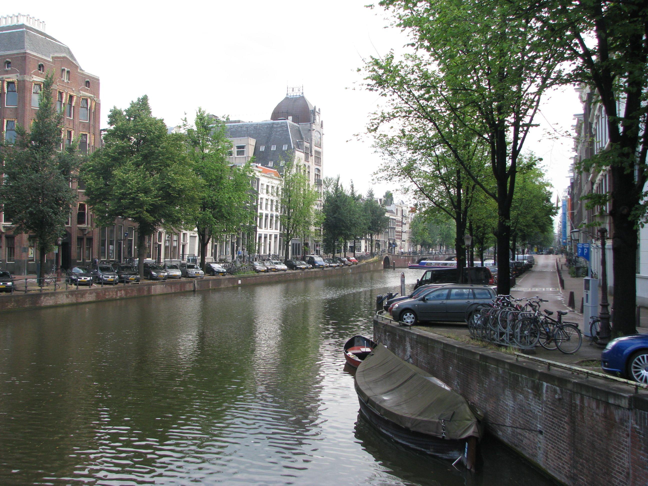 Kanaalin varrella Amsterdamissa