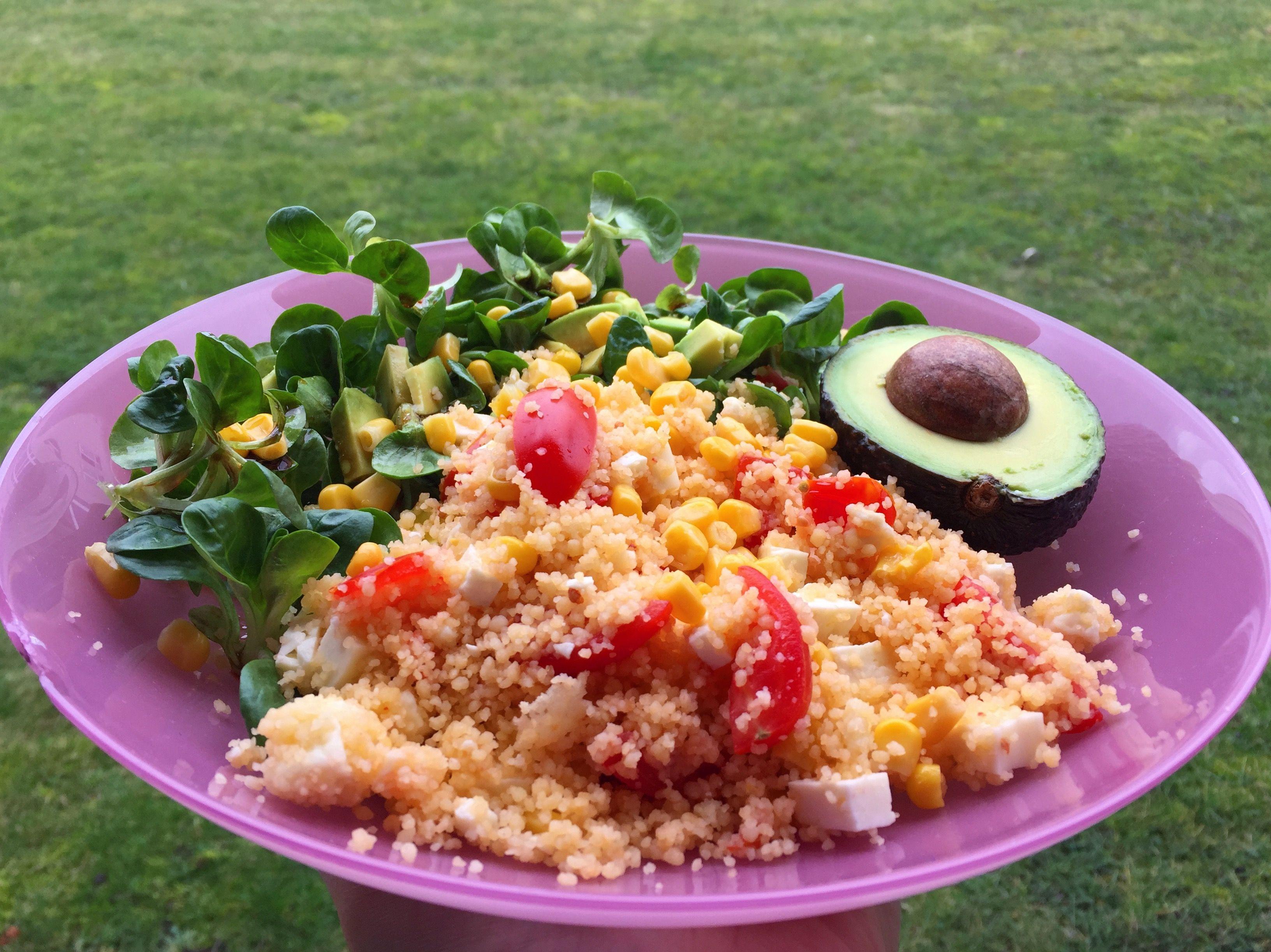 Mittags-Kombi: Couscous-Salat mit Mais, Tomaten, Zwiebeln, Avocado  und Feta, dazu Feldsalat mit selbst gemachtem Dressing (Olivenöl, Balsamico, Senf, Preiselbeeren).