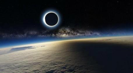 L'eclissi solare del 20 maggio scorso in un'immagine suggestiva scattata a bordo della Stazione Spaziale Internazionale; sullo sfondo si riconosce la banda centrale della Via Lattea
