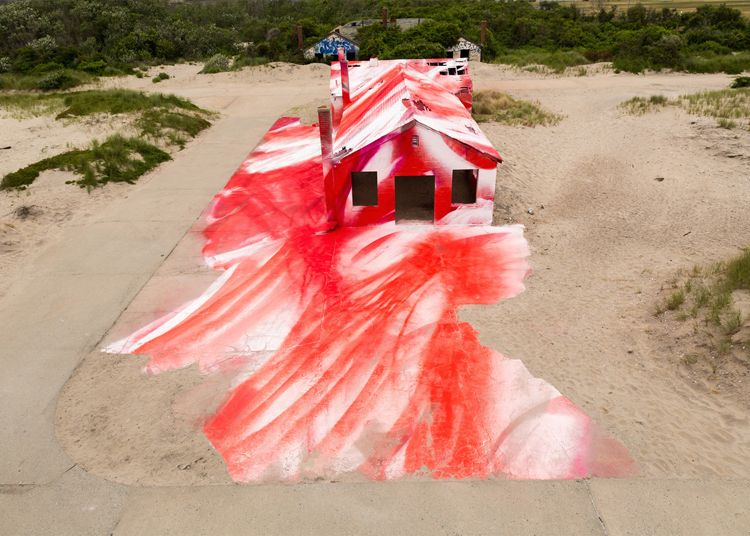 <p>German artist Katharina Grosse has transformed an abandoned building on a New York beach into an artwork using brightly colored spray paint. Titled 'Rockaway!', this site-specific outdoor installat