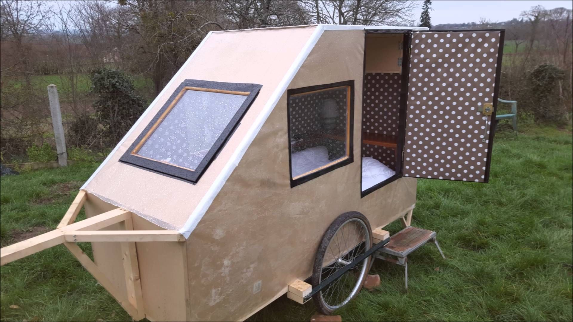 caravane pour velo fait maison alternative housing. Black Bedroom Furniture Sets. Home Design Ideas