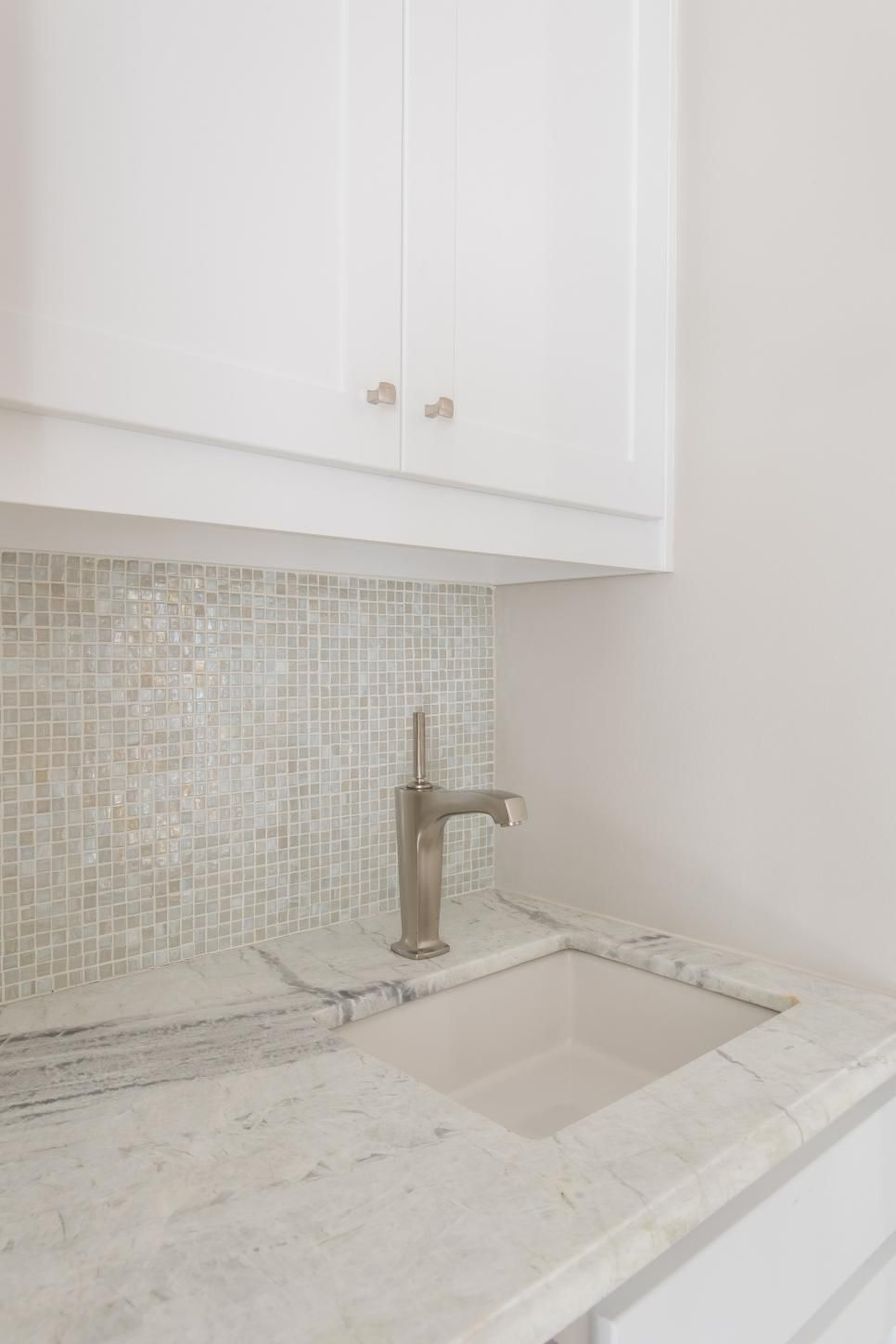 An Opalescent Gl Tile Backsplash And Elegant Quartzite Counter Blend Beautifully With The Surrounding E In