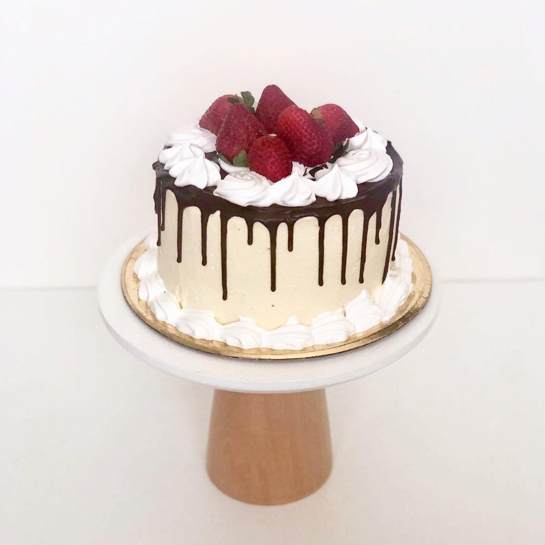 🍓🍓🍓🍓 Dripcake merengue con frutillas un clásico!! ❤️❤️❤️❤️ . .  %