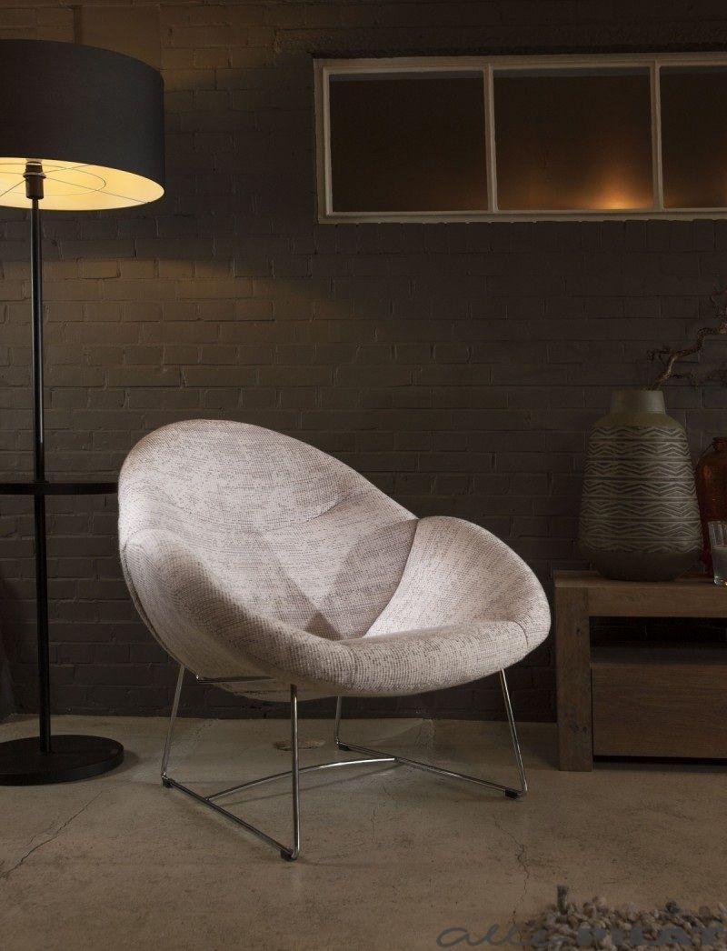 Moderne fauteuil Hebbes in een lichtgrijze stof en met een frame van