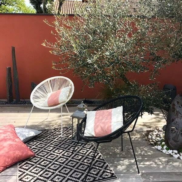 terrasse bois mur coloré terracotta olivier salon de jardin mobilier ...