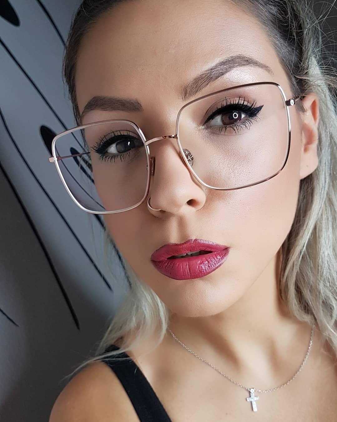 6a663ae22269c Eles se tornaram itens que complementam o look. Porém, muita gente ainda  tem dúvida sobre maquiagem para quem usa óculos. Confira