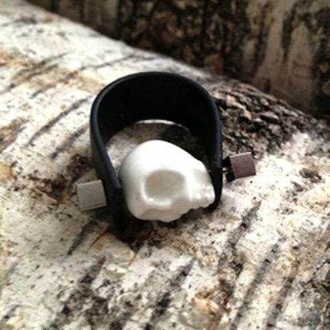 Denne herlige ringen er et blikkfang! Damen er i hvit porselen, og ringen er laget av svart gummi... Flotte kontraster..., og nyyydelig å ha på fingeren:-)