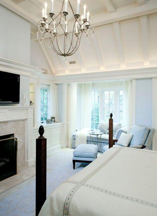 Dieses traditionelle Schlafzimmer erreicht einen luftigen und ...