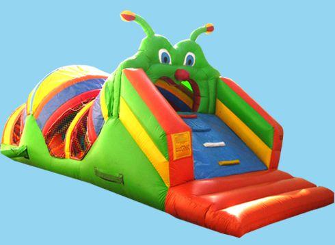 Gusano: Castillo con la ondulante forma de un gusano. Podrás trepar hasta su boca y deslizarte después por su tobogán hasta la zona de salto con obstáculos.