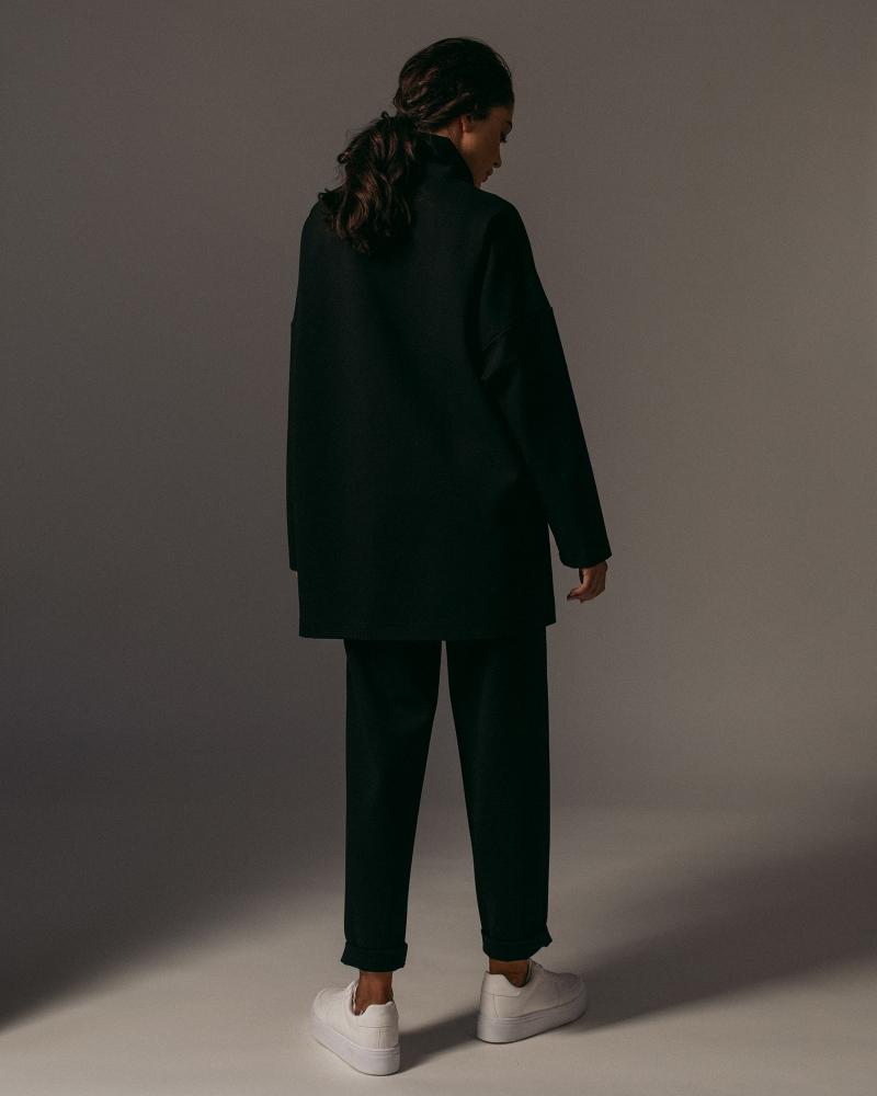 черный свитшот и черные брюки