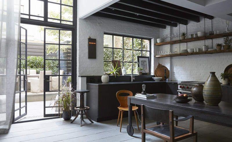 Cocina Abierta A Patio Exterior Con Puerta De Cuarterones De