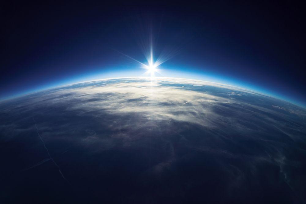 Ste vysielacími strediskami vesmíru. Každú sekundu vysielate do vesmíru frekvencie a každú sekundu ich prijímate. Ak si chcete vytvoriť to, po čom túžite telegrafujte svoju túžbu bez prerušenia prenosu, a to tak, že si po celý čas uvedomujete, že vaša túžba sa už zhmotnila... Stačí sa opäť naladiť na frekvenciu, že už máte, čo chcete a vesmír vám to dodá.