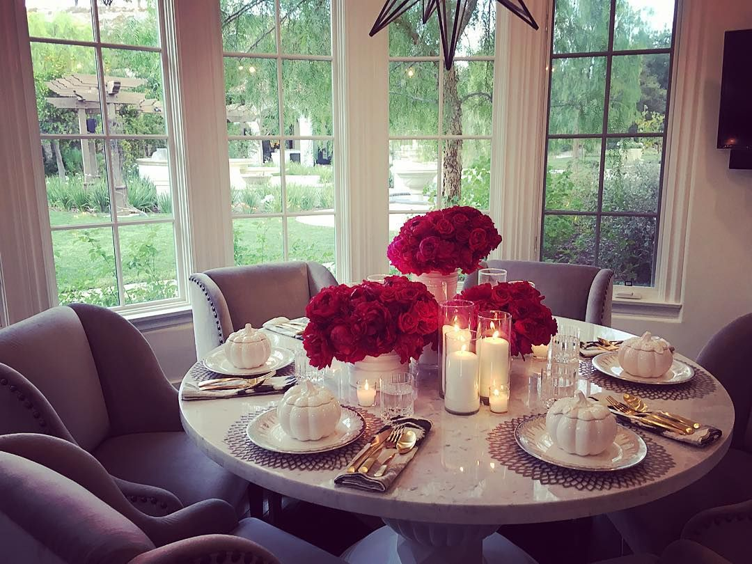Another beautiful tablescape posted on instagram by khloe for Decoration maison khloe kardashian