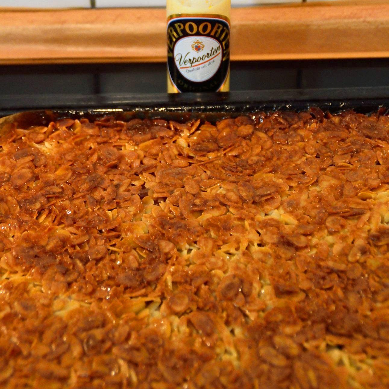 Mandelkuchen mit Eierlikör vom Blech - Becherkuchen - Kuchenrezepte mit Eierlikör