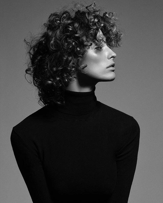 Cada vez mais as mulheres assumem com orgulho seus cabelos na forma natural. Alisamentos e chapinhas ficaram no passado e os ondulados cacheados e crespos são exibidos em todos os lugares. Trata-se de uma questão de identidade. Saiba diferenciar e conheça as particularidades desses tipos de cabelos clicando no link da bio. (Foto: @flavialucini fotografada por @robnorthway com beleza @claudiobelizario e styling @lara_gerin) #cabelo #beleza  via VOGUE BRASIL MAGAZINE OFFICIAL INSTAGRAM - Fashi...