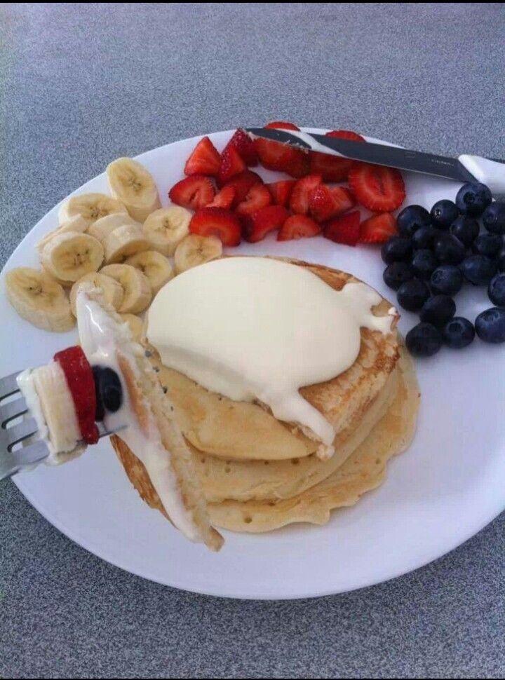 #Pancake#vanillesoße#bananen#Erdbeeren#blaubeeren <3