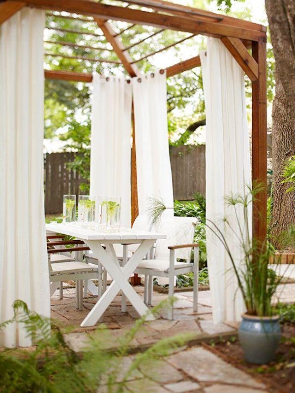 Naturstein Bodenbelag landhausstil Holzpergola Vorhang Outdoor - gestaltungstipps terrasse im garten