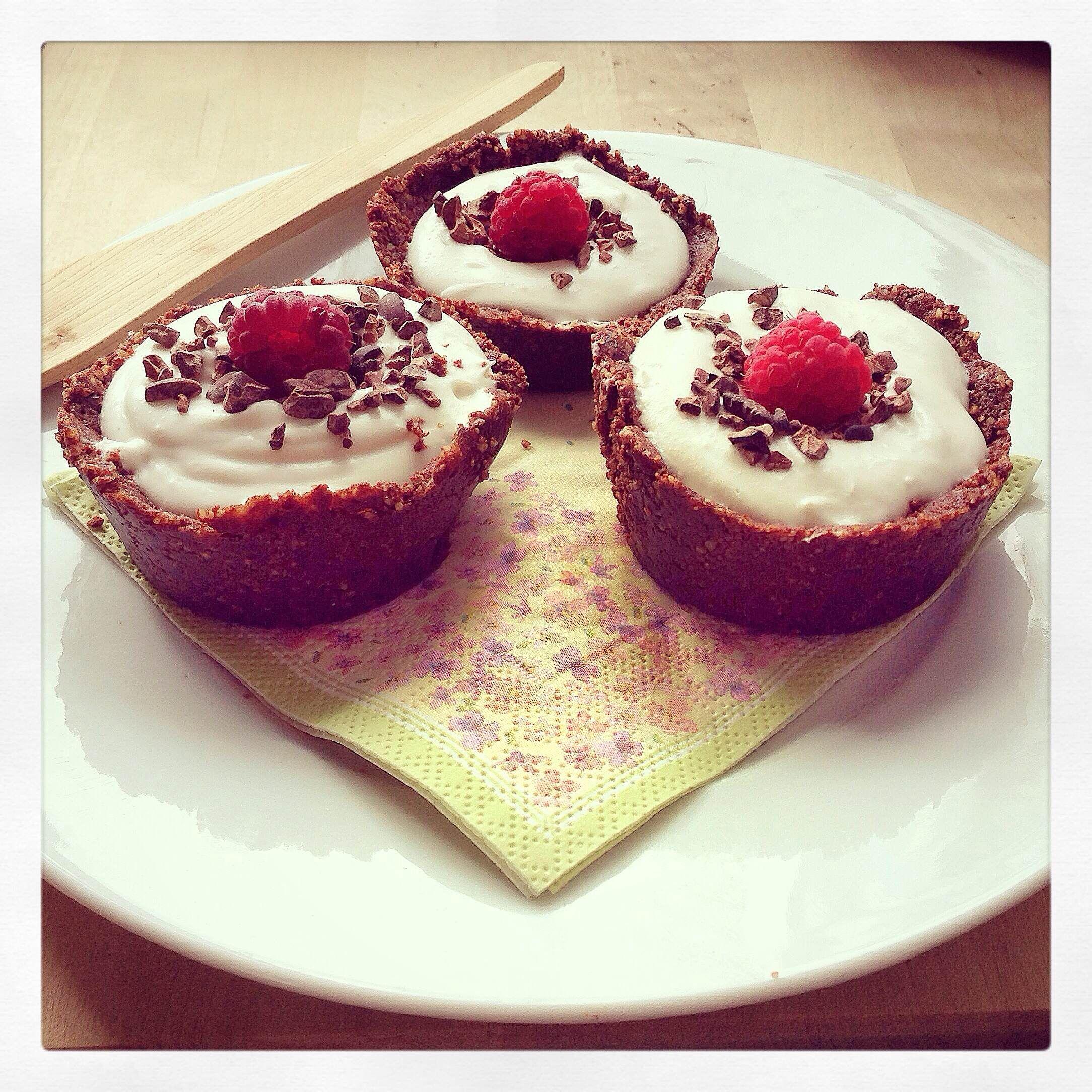 Kokosnuss Cream Törtchen im rohen Schokoladencup