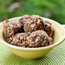 These Peanut Butter Graham Cracker Balls only require 4 ingredients and make for a simple fuss free summer dessert! #foodgawker