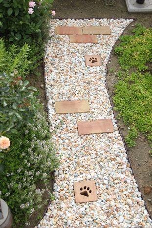 庭の小道の砂利敷き終了 庭 デザイン ナチュラル 庭の小道 庭 砂利
