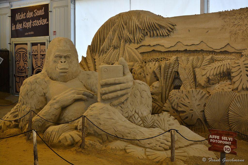 """Bis zum 01.11.2015 sind die Sandskulpturen bei Karls Erlebnis-Dorf im Elstal bei Berlin (an der B5 Richtung Spandau) noch anzuschauen.  """"Afrika - Wiege der Menschheit und Heimat einer einmaligen Tierwelt. 20 Sandkünstler aus 9 Ländern schufen spannende Eindrücke dieses faszinierenden Kontinents. Erleben Sie eine Safari, die es so in Deutschland kein zweites Mal gibt."""" So der Werbetext von Karls Erlebnis-Dorf."""