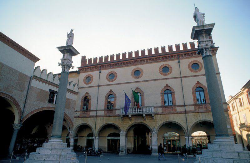 Ravenna gilt als eine der interessantesten Städte der Emilia Romagna. Die Konzentration frühchristlicher und byzantinischer Baudenkmäler ist einzigartig.  Die zentrale Piazza del Popolo markiert das historische Zentrum der Stadt mit dem Palazzo del Governo, heutzutage Sitz der Präfektur, der zwei Drittel der Piazza einnimmt, und dem Palazzo del Municipio, vor dem zwei venezianische Granitsäulen stehen.