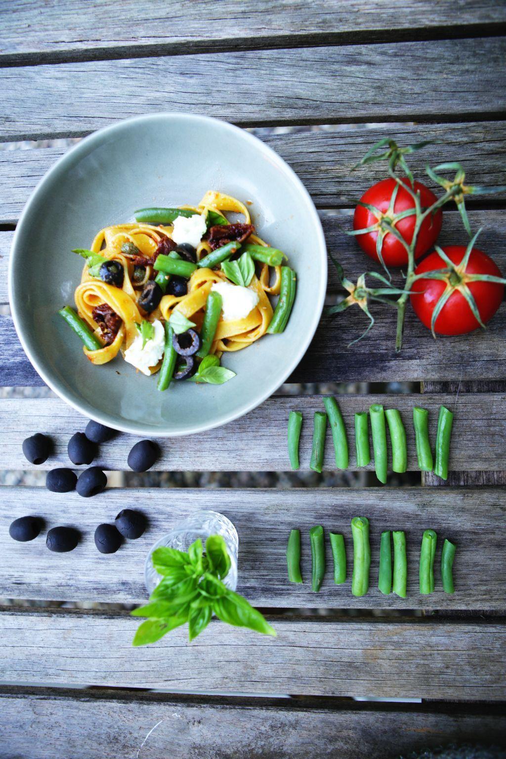 Een lekker pastagerecht met de ingrediënten van de Italiaanse caprese-salade: mozarella, tomaat en basilicum. Met tapenade en sperziebonen.
