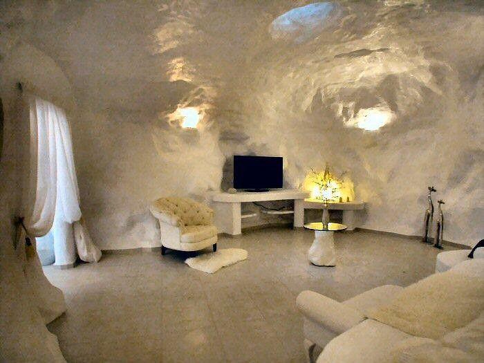 blick in das schlafzimmer mit fernseher und gemauerten bett sowie einmaliger h hlendecke. Black Bedroom Furniture Sets. Home Design Ideas