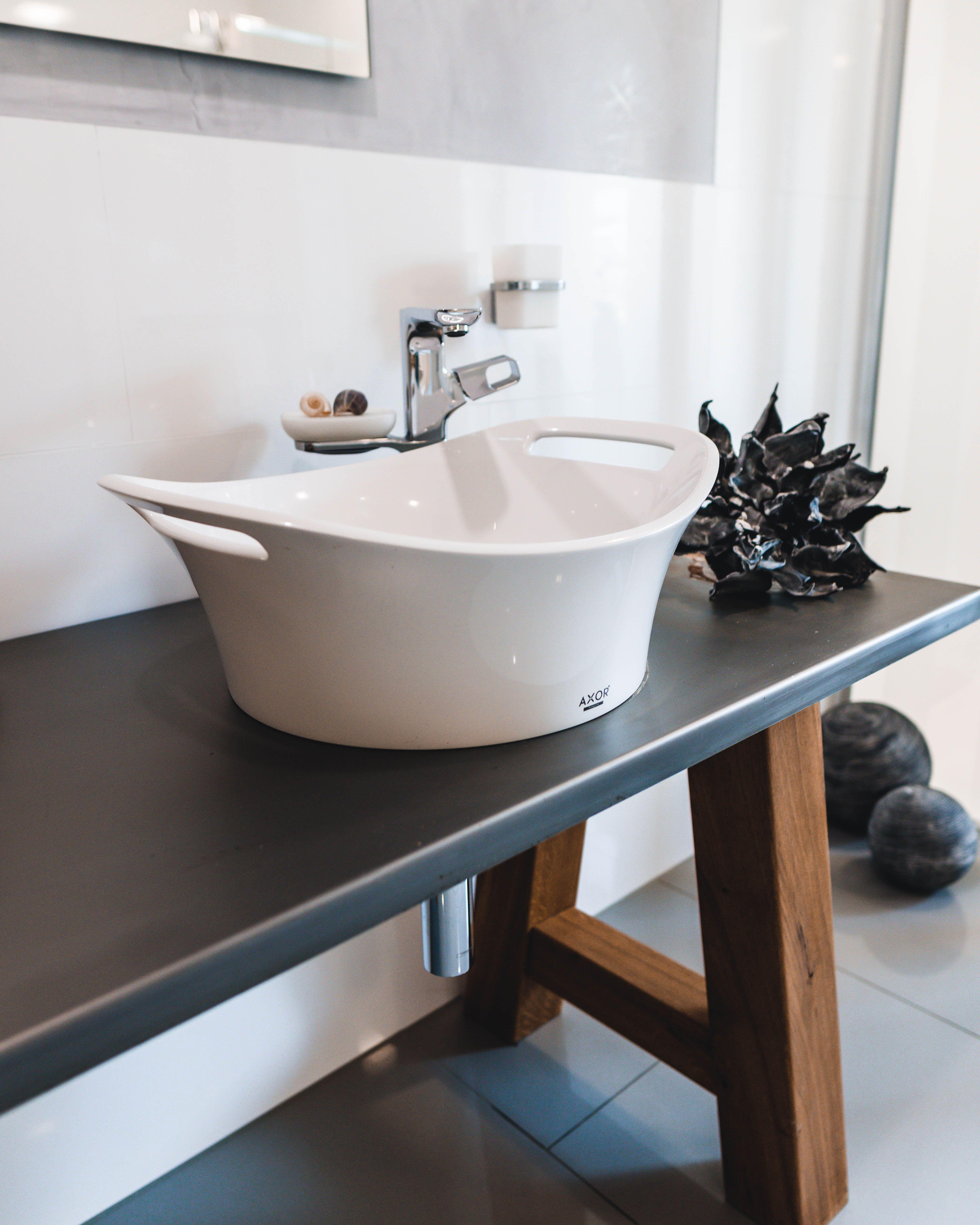 Ein Aufgesetztes Waschbecken Liegt Momentan Voll Im Trend Und Macht Dein Bad Zu Einem Echten Hingucker Vor Allem In Badsanierung Badausstellung Bad Einrichten