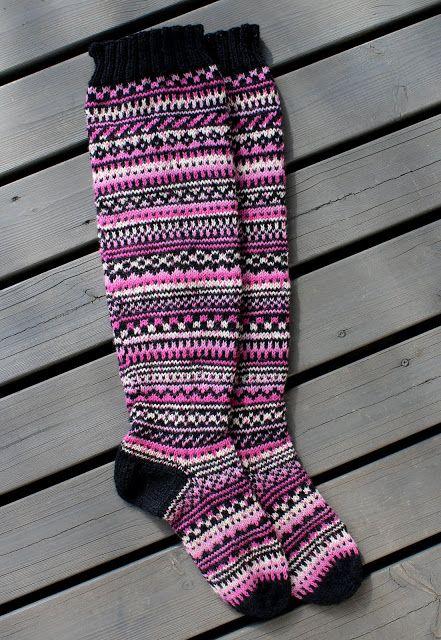 Pinkkiraitaiset ylipolvensukat   Hand knit over the knee socks   Pitsin viemää