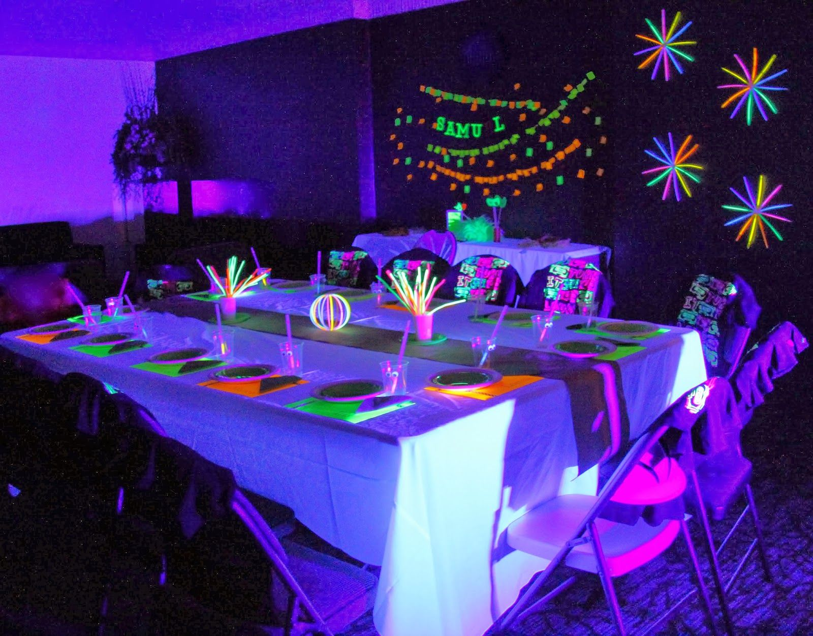 anniversaire soir e fluo articles de d co et bracelets fluo pas cher sur birthday. Black Bedroom Furniture Sets. Home Design Ideas