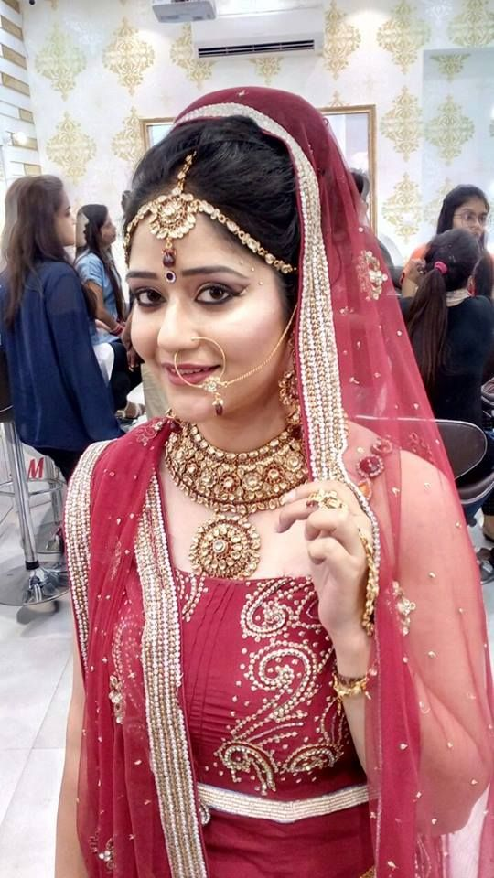 Become a Bridal Makeup Artist : Step-by-Step Career Guide At Aashmeen Munjaal-Star Academy Lear all Required skill and training in makeup techniques here ...