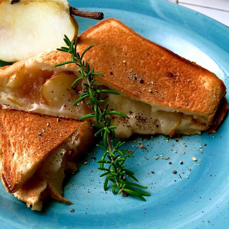 Hot sandwich of Raclette & seasonal fruits(pear)/ラクレットと季節のフルーツのホットサンド(洋梨)