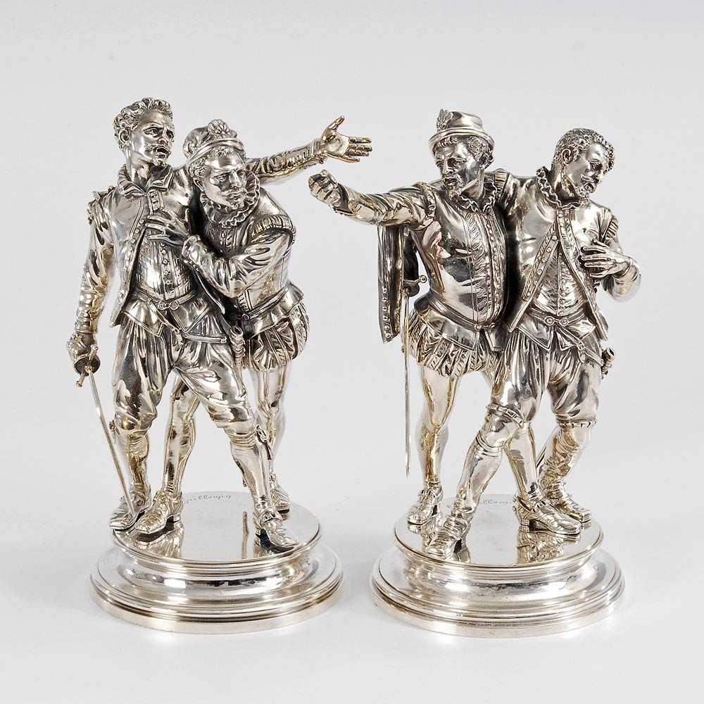 Guillemin, Émil: Pendants Duellant mit Sekundant. Je Bronze versilbert, je bezeichnet. Spiegelbildlich ähnlich komponierte Gruppen mit je einem Degenkämpfer und einem ihn stützenden Sekundanten. Während der Sekundant des Verletzten droht, hält der andere Sekundant seinen Duellanten zurück. H je 24,5 cm.