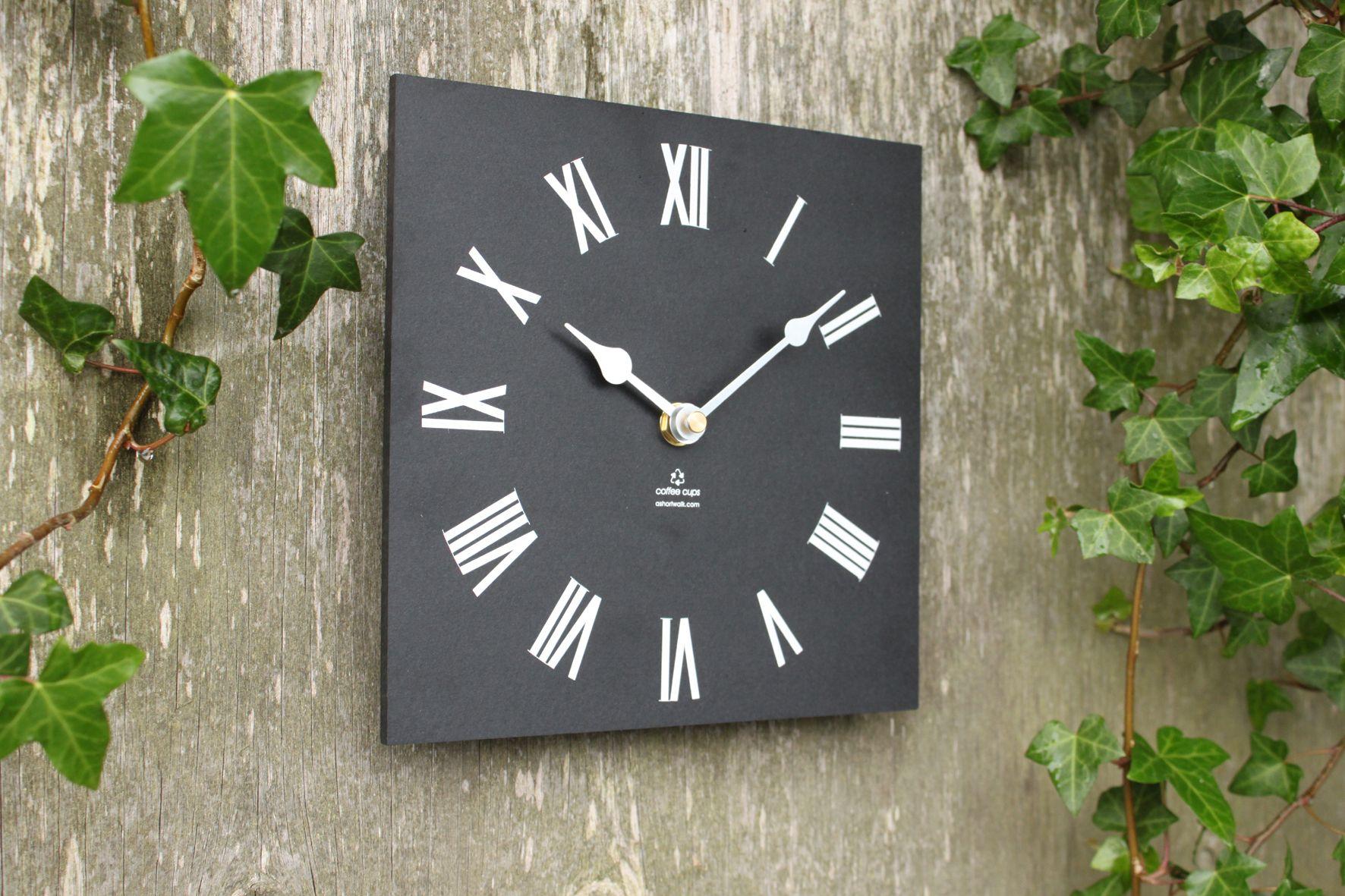 Klok die buiten kan blijven hangen (gemaakt van gerecycleerde koffiebekertjes!) www.eco-lover.be