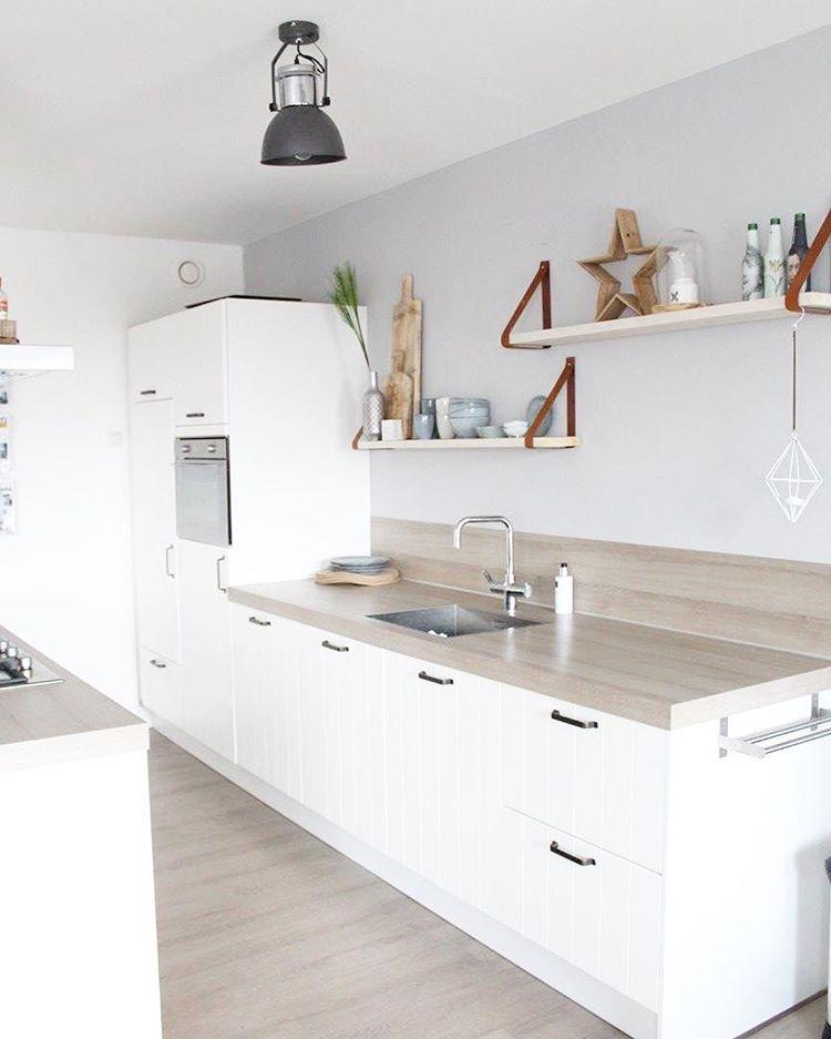 Kitchen changes • wandplanken met leren dragers en nieuw @brostecph servies , ik vind het zo leuk! Heel anders dan t krijtbord 🙃 Slaap lekker!