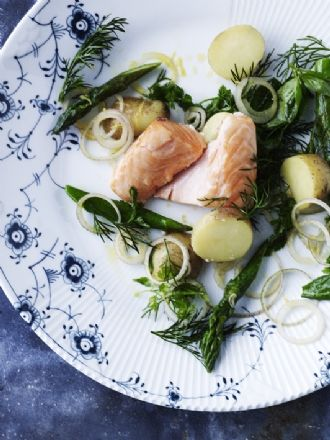 salmon with smalll potatoes and aspargus. Anders Schønnemann Photography.
