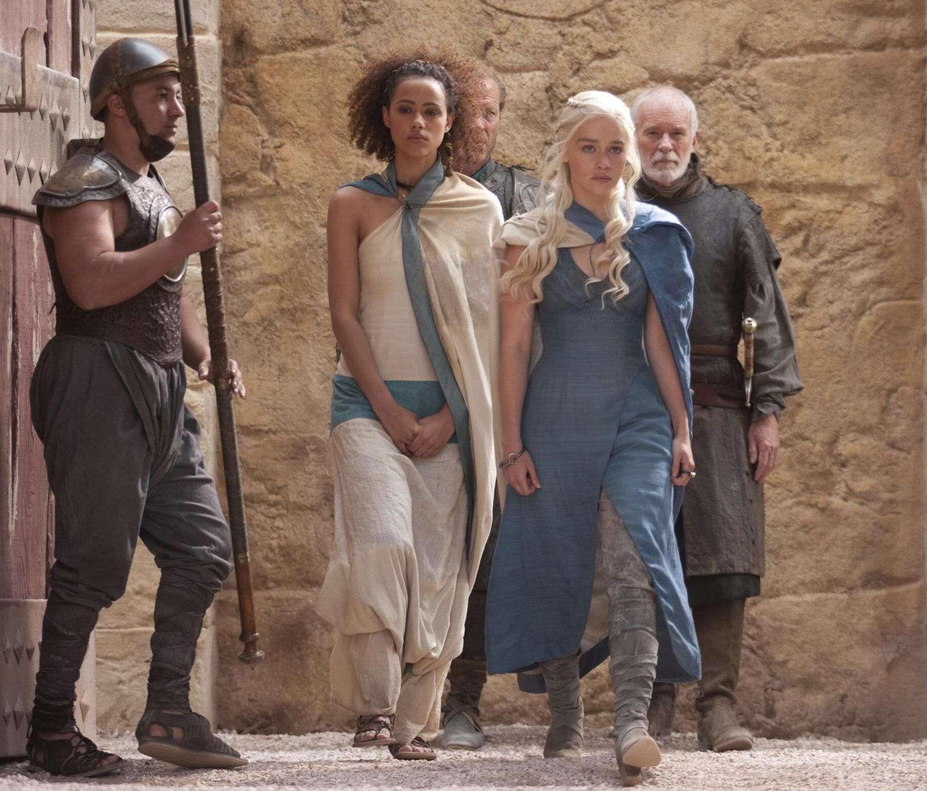 Game Of Thrones - TV Série - books (livros) - A Song of Ice and Fire (As Crônicas de Gelo e Fogo) - blond hair (cabelo loiro) - House Targaryen - family (família) - Daenerys Targaryen (Emilia Clarke) - Mother of Dragons (Mãe dos Dragões) - Mhysa - Queen (rainha) - Khaleesi - dress - vestido - blue - azul - Missandei (Nathalie Emmanuel) - guard - guarda - soldier - soldado - advice - conselheiro - Knight - cavaleiro - friend - amigo - Jorah Mormont (Iain Glen) - Barristan Selmy (Ian…