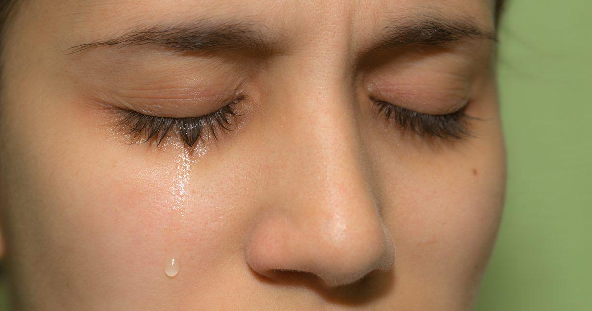 como obter olhos inchados depois de chorar