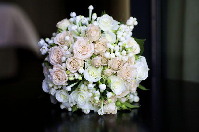 Ramo de novia romántico con rosas blancas y rosa empolvado de Bourguignon Floristas #bridalbouquet #roses #spain