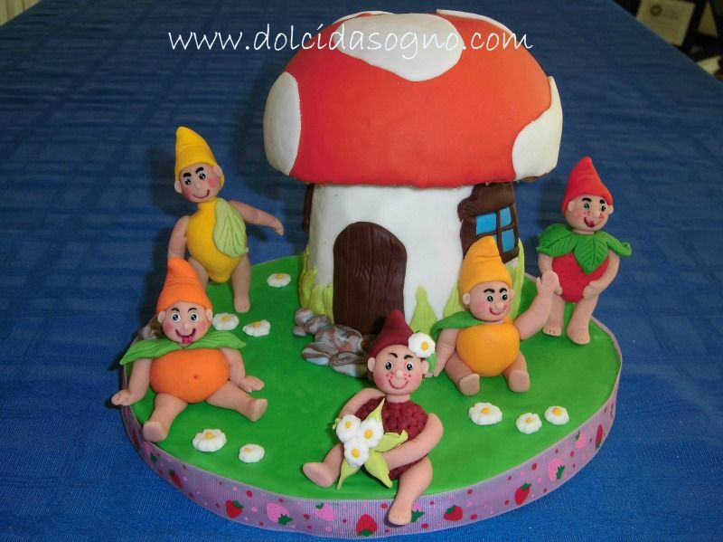 torta con frutta in pasta di zucchero, fragola, limone, mandarino albicocca e mora, casa fungo