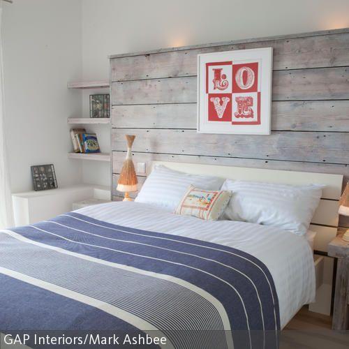 Weiß lasierte Holzplanken als Betthaupt - Schlafzimmer Landhausstil Weiß