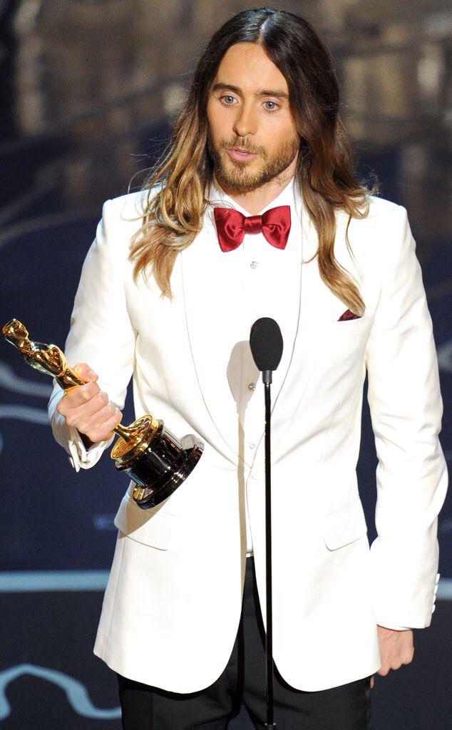 """El actor y líder de la banda de rock Thirty Seconds to Mars, Jared Leto fue premiado en la pasada ceremonia de los Oscars 2.014 como el mejor actor de reparto. El magnífico trabajo realizado en Dallas Buyers Club, en la que interpreta a un transexual ceropositivo le reconoció como valedor de una de las preciadas estatuillas y de su primera """"muesca"""" en la historia del cine. http://www.narrma.com/narrma-jared-leto-oscars-2014/    #jared leto #oscars #fashion"""