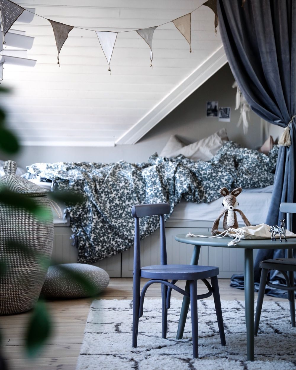 So beautiful with the blue, grey and white tones in this kids room. Great Scandinavian interior ...