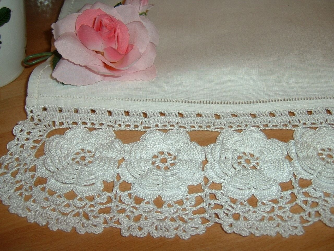 Pizzo per tendina all 39 uncinetto con rose d 39 irlanda for Pizzi all uncinetto per credenze